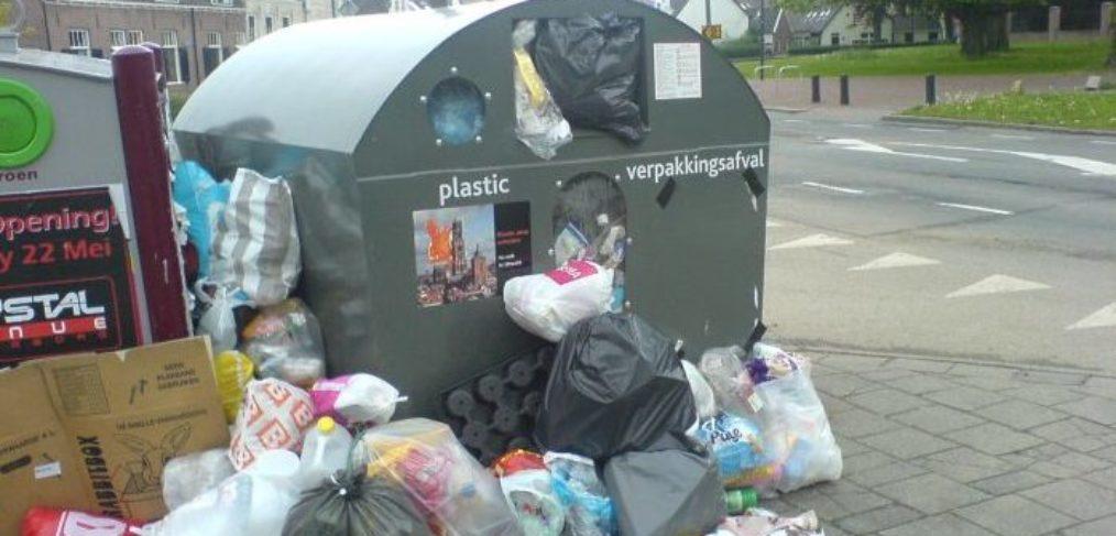 Overvolle plastic afvalbakken in Vleuten. Foto: Pieter Verbeek