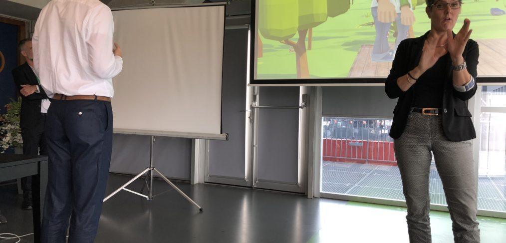 Wethouder De Langen doet een demo van een spel. Foto: Pieter Verbeek.