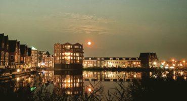 Maan boven Vleuterweide. een van de wijken van Utrecht. Foto: Pieter Verbeek.
