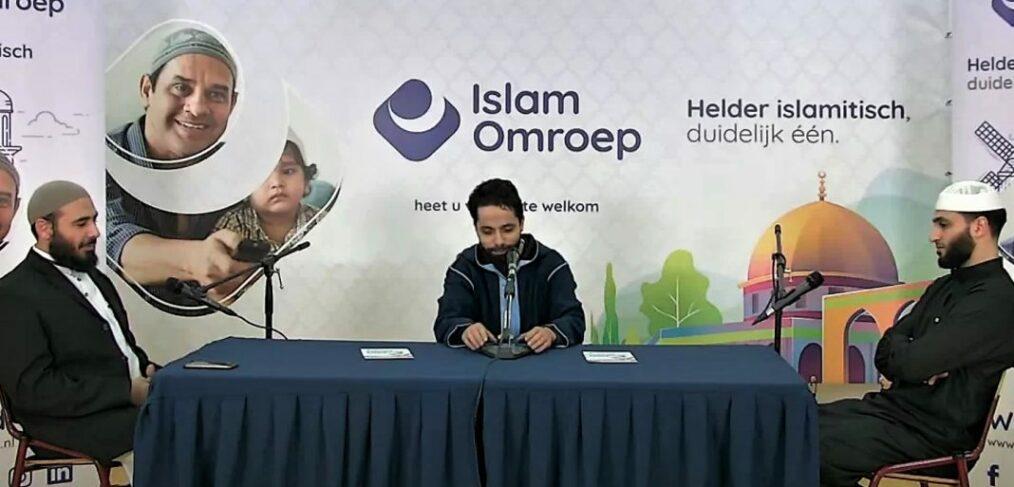 Still uit YouTube uitzending van de IslamOmroep. Azzedine Karat (midden) oprichter IslamOmroep, samen met twee Nederlandse imams in een livestream over de profeet Mohammed.